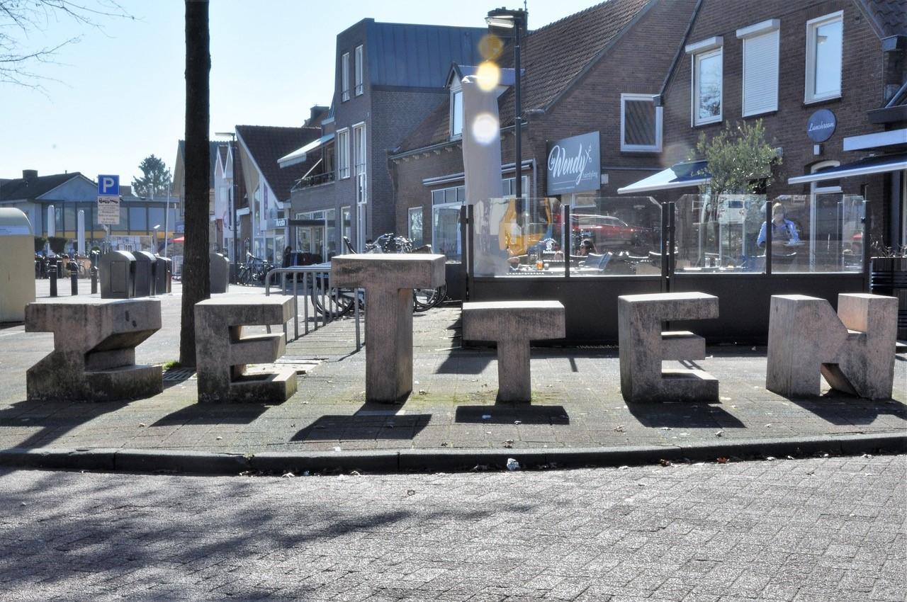 winkelstraat in Zetten met betonnen elementen vormen alle letters van Z e t t e n