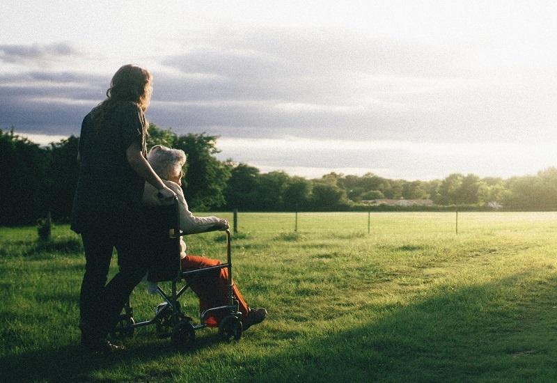 BOB mens en maatschappij, oudere in rolstoel geniet met jongere van uitzicht