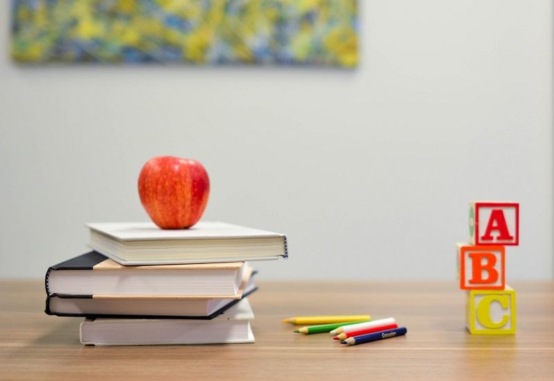 BOB onderwijs, afbeelding van boeken met kleurpotloden en ABC letters
